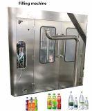 Завершите полностью готовый выпивая упаковку воды бутылки делая машину завода для бутылки