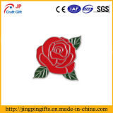 Pin del risvolto dello smalto con i fogli rossi del fiore e di verde della Rosa