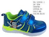 Numéro 52050 le garçon bleu de couleur chausse des chaussures d'action de sport de gosse