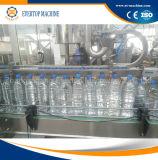 Разлитая по бутылкам машина завалки минеральной вода