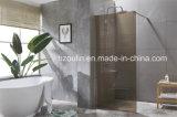 Dans la douche avec boîtier en verre de couleur marron