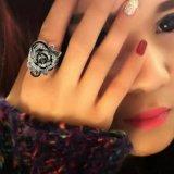 De gotische Uitstekende Zwarte Juwelen van de Stijl namen de Leuke Vrouwelijke Ring van de Bloem toe