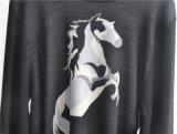 人の円形の首によって模造される編まれたプルオーバーのセーター