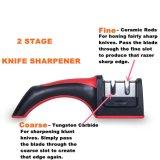 Fase del professionista 2 che affila la macchina per affilare i coltelli del sistema