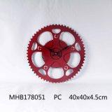 El diseño del engranaje Reloj de pared Metal acabado en rojo