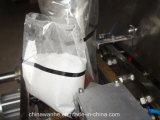 Relleno poner crema del polvo del cacao y empaquetadora del lacre con los bolsos