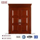 Il portello di entrata esterno con il portello principale di legno del teck progetta il doppio portello