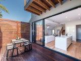 Bout du doigt ouvrant les portes en aluminium coulissantes lisses de balcon