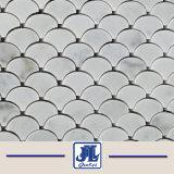 Mosaico de mármol blanco de Carrara en forma de ventilador de mosaico en el montado en la malla