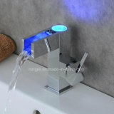 Grifo de un solo nivel del lavabo de la maneta LED de la cascada con el LED
