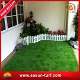 Ajardinar el césped artificial de interior y al aire libre de la hierba