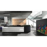 最近高く光沢のある白くおよび黒いマットのラッカー食器棚