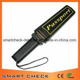Détecteur de métaux tenu dans la main de passeport
