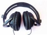 高品質の耳のヘッドホーンの黒