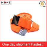 ダイヤル錠が付いているベルトを紐で縛る旅行荷物