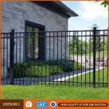 熱いすくいの電流を通された表の庭の鋼鉄塀