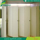 Ухоженные ванные комнаты в коммерческих целях является водонепроницаемым двери / туалет шкафа управления