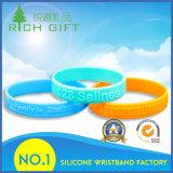 Gesunde kundenspezifische Silikon-Gummiwristband-Armbänder mit Form-Firmenzeichen