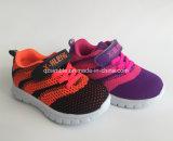 男女兼用の夏の網の注入は赤ん坊の子供のための靴を遊ばす