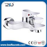 Mélangeur de robinet de bassin de salle de bains monté par paquet blanc grand de chrome de collet