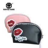 Il colore rosso morbido dell'unità di elaborazione di modo delle 2 signore di colori bacia il sacchetto cosmetico