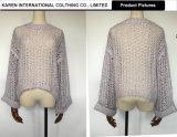 女性円形の首の開いたニットの紫色のセーター