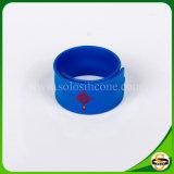 Populärer kundenspezifischer Firmenzeichen-Silikon-KlapsWristband für förderndes Geschenk