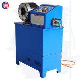 Máquina raspando de friso da mangueira hidráulica em um equipamento para a mangueira hidráulica