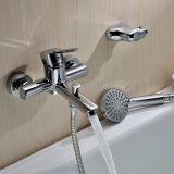 Colpetti di miscelatore fissati al muro d'ottone della vasca da bagno