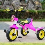 Conduite de tricycle de bébé sur le jouet avec le trois-roues Trike de la musique
