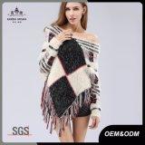 女性は肩のArgyleのポンチョのセーターを離れて縁を付けられて編んだ