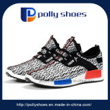 Joven asiática de senderismo de zapatos deportivos zapatos
