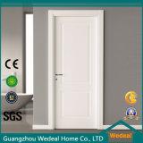 白い内部の木製の寝室のドアをカスタマイズしなさい
