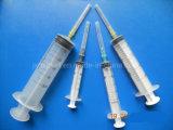 Três porções da seringa com agulha