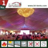 Tente de mariage pour 500 personnes avec des décorations et des climatiseurs