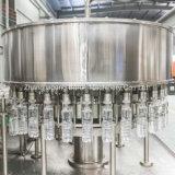 Завершите завод вполне минеральной вода питьевой воды заполняя разливая по бутылкам
