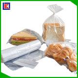 Bon et bon marché sachet en plastique de nourriture sur le roulis pour le supermarché