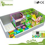 Os miúdos da alta qualidade usaram o equipamento interno do campo de jogos para a venda