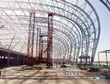 Struttura d'acciaio dell'aeroporto con i fasci curvi tetto dell'ampia luce