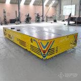 Carrinho Trackless alimentado por bateria no piso de concreto