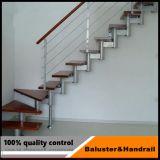 Escalier en acier inoxydable montée sur le sol d'un balcon de la main courante
