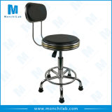 あと振れ止めが付いている化学実験室の椅子
