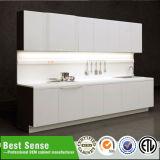 Elegante cozinha de alto brilho UV Branco armário com a tabela da Ilha