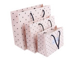 Il sacchetto di carta su ordinazione di carta dell'imballaggio del documento ondulato del documento di arte del cartone per il calzino del legame di arco della vigilanza di natale degli strumenti promuove i prodotti (F90)