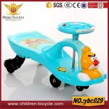 Os animais encantadores ouvem a bicicleta de /Children dos brinquedos do bebê/o carro balanço do bebê