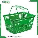 小売店の緑のプラスチック買物かご
