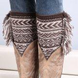 Le donne adattano il breve scaldino lavorato a maglia del piedino con i polsini del caricamento del sistema del cotone del merletto