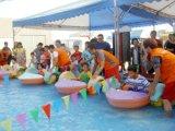 プールで使用される子供のかいボートのハンドル力