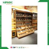 Деревянная индикация вина бутылки показывая полку шкафа