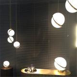 Самомоднейшим персонализированный канделябром светильник творческого утюга формы шарика акрилового привесной